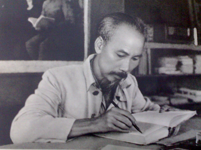 """Phân tích bài thơ """"Không ngủ được """" của Chủ tịch Hồ Chí Minh"""