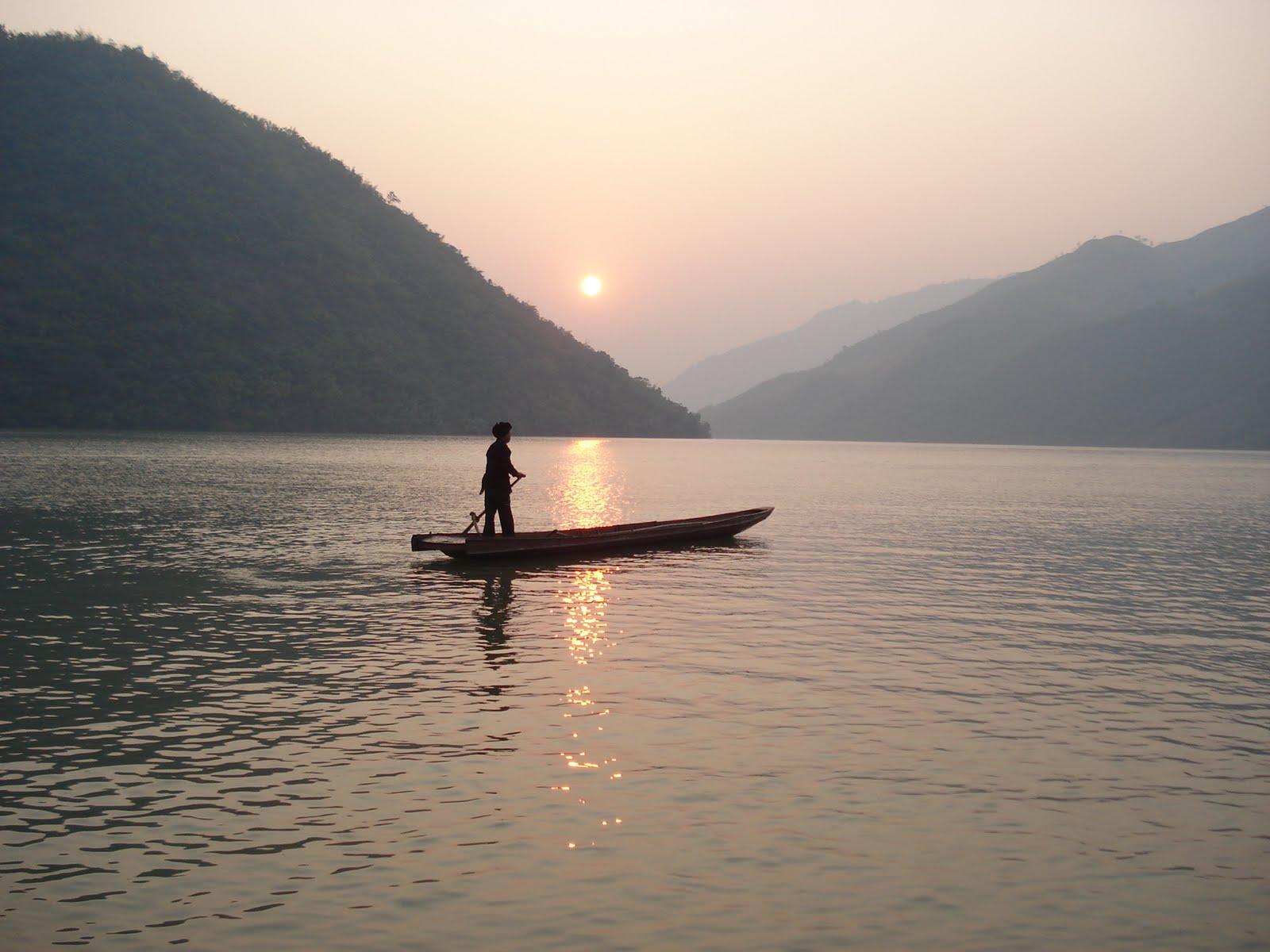 Phân tích nghệ thuật miêu tả thiên nhiên và con người trong tùy bút Người lái đò Sông Đà.